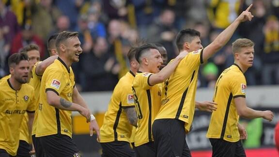 Dynamo jubelt über das 2:2, zweiter von rechts Torschütze Dynamos Jannis Nikolaou