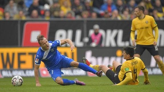 Dynamos Jannis Nikolaou foult Magdeburgs Felix Lohkemper