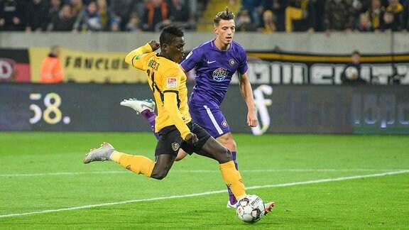 Dresdens Moussa Kone zieht zum 1:1-Ausgleich ab, rechts Nicolai Rapp