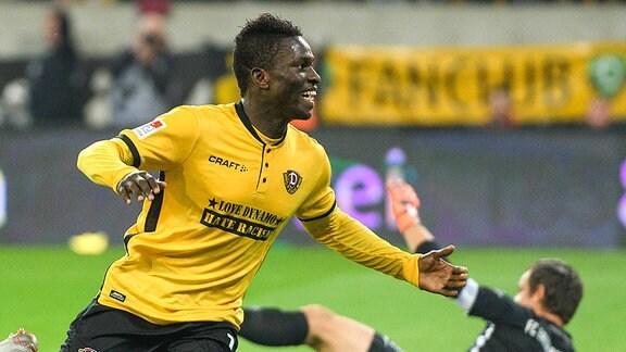 Dresdens Moussa Kone jubelt nach seinem Treffer zum 1:1-Ausgleich