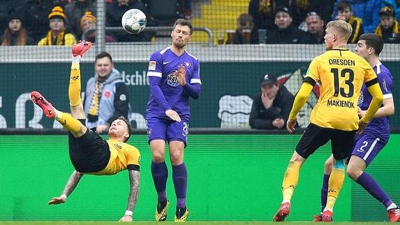 Dresdens Patrick Schmidt erzielt mit einem Fallrückzieher das 2:1