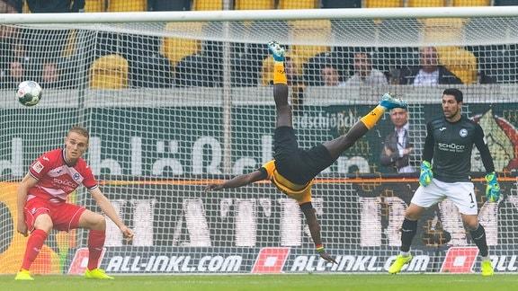 Akrobatische Aktion von Dynamos Moussa Kone vor Bielefelds Torwart Moreno Ortega