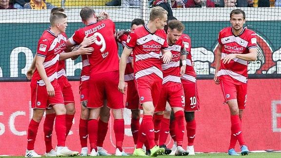Spieler von Bielefeld jubeln nach dem Treffer zum 0:1
