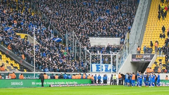 Magdeburgs Spieler nach Spielende vor dem Gästeblock