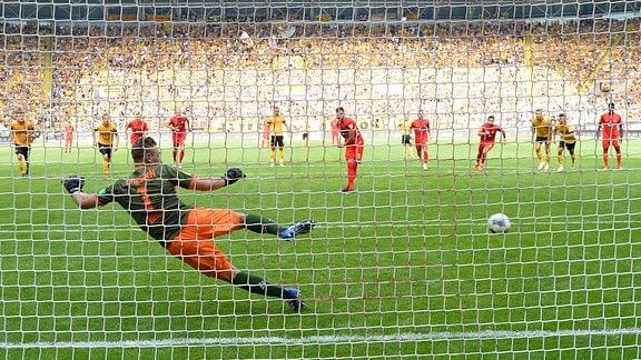 Heidenheims Denis Thomalla erzielt per Elfmeter das 1:2
