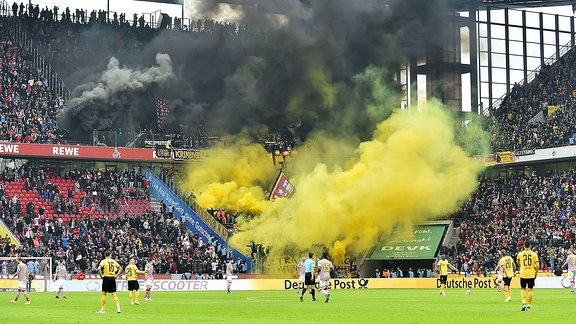 Pyrotechnik im Dresdener Fanblock
