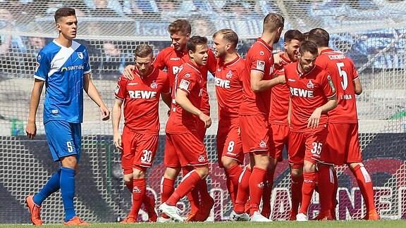 Kölns Spieler bejubeln den Treffer von Simon Terodde