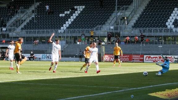 Dresdens Marco Hartmann trifft zum 0:1gegen Torhüter Martin Fraisl