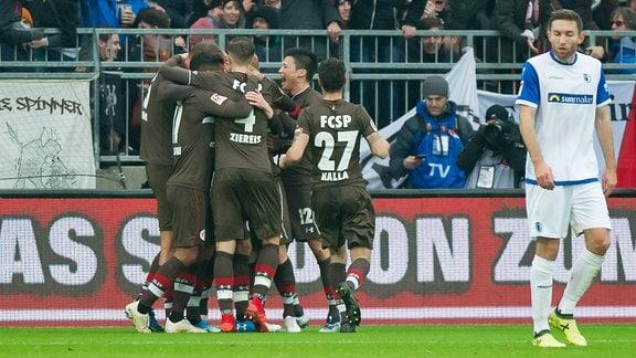 Die Spieler des FC St. Pauli jubeln
