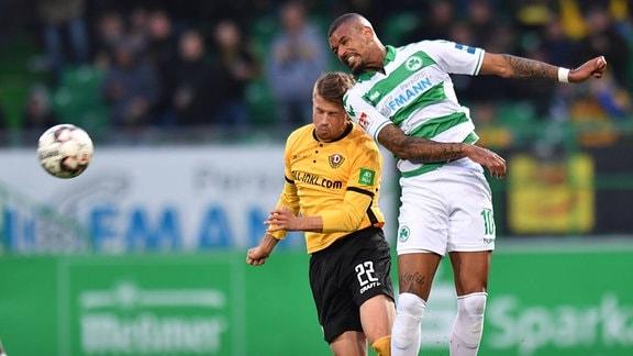 Patrick Möschl Moeschl (22, SG Dynamo Dresden / SGD ) im Kopfballduell mit Daniel Keita-Ruel (10. SpVgg Greuther Fürth)
