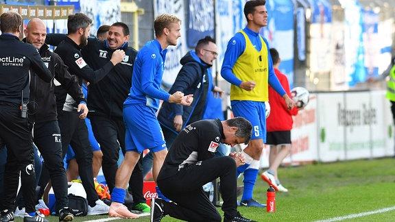 Freude bei Jens Härtel (1. FC Magdeburg Trainer) ueber den Sieg