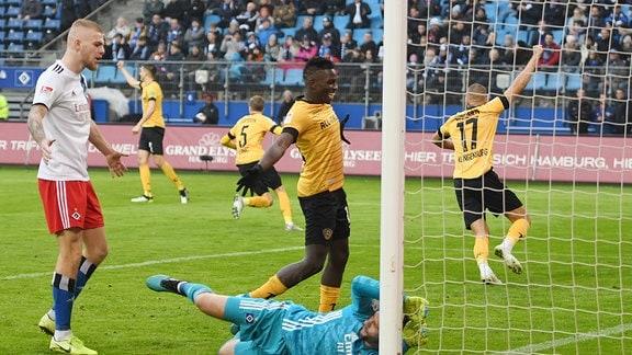Niklas Kreuzer Dresden 07 schiesst das 1-0 fuer Dresden vorbei an Torhueter D. Heuer Fernandes Hamburg 01 und die Mannschaft jubelt