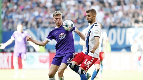 Christoph Daferner (33, Aue) und Lukas Hinterseer (16, Hamburg) im Kampf um den Ball.