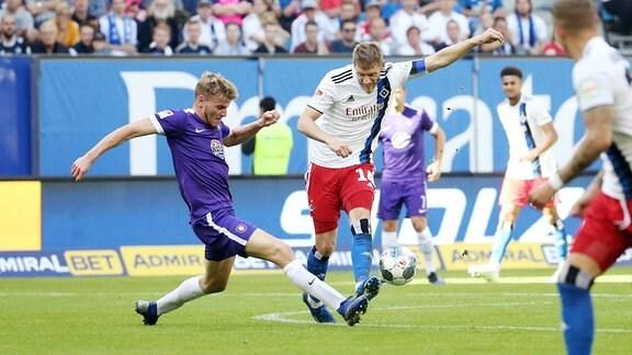Christoph Daferner (33, Aue) und Aaron Hunt (14, Hamburg) im Kampf um den Ball.