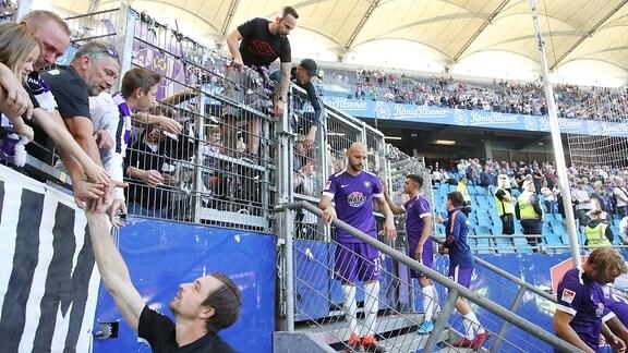 Enttäuschung nach dem Spiel bei Mannschaft und Fans von Erzgebirge Aue. Torhüter Martin Männel (1, Aue) und Philipp Riese (17, Aue) bei den Fans.