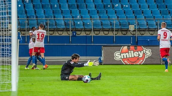 Das Spiel war nicht für jeden zum Lachen Khaled Narey, Manuel Wintzheimer und Simon Terodde Hamburger SV könnten sich über ein 3:0 freuen. Martin Männel FC Erzgebirge Aue nicht