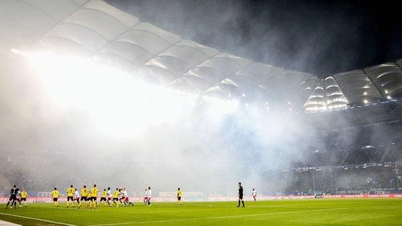 Dresden Fans zünden Pyrotechnik.