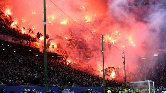 Pyrotechnik im Dynamo Dresden Fanblock.