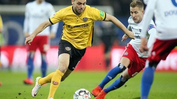Rico Benatelli (Dresden), Lewis Holtby (Hamburger SV) beim Spiel zwischen Hamburger SV und Dynamo Dresden.