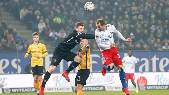 v.l. Markus Schubert (Dynamo Dresden, 1), Pierre-Michel Lasogga (Hamburger SV, 10).