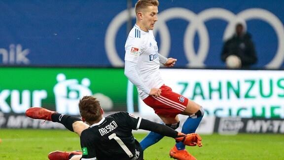 v.l. Markus Schubert (Dynamo Dresden, 1) verspielt Ball gegen Lewis Holtby (Hamburger SV, 8).