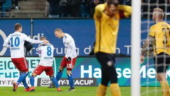 v.l. Pierre-Michel Lasogga (Hamburger SV, 10), Lewis Holtby (Hamburger SV, 8), Jan Fiete Aep (Hamburger SV, 15)  jubeln über das Tor. Dresdner Spieler schauen enttäuscht.
