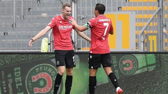 v.l. Marvin Duksch Hannover 96, Edgar Prib Hannover 96 beim Torjubel zum 1:2.