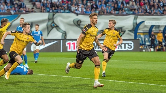 Heinz Mörschel jubelt nach seinem Tor zum 0:1 für Dynamo.