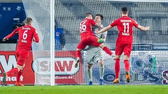 Jubel nach 11m/Elfmeter Kevin Müller 1 (1. FC Heidenheim 1846), Niklas Dorsch 36 (1. FC Heidenheim 1846), Denis Thomalla 11 (1. FC Heidenheim 1846)