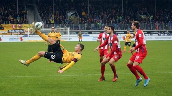 v.l. Florian Ballas Dynamo Dresden, Tim Kleindienst, Jonas Föhrenbach beide 1. FC Heidenheim