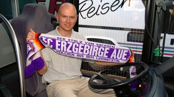 Busfahrer Heiko Martin ist begeisterter Aue Fan und hat seinen Fanschal immer dabei