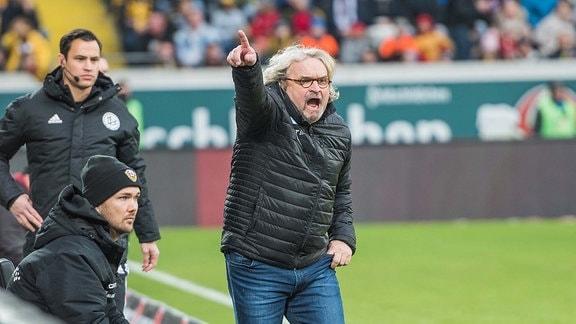 Heiko Scholz der Trainer Dynamo Dresden steht am Spielfeldrand, links sein Co- sowie U19-Trainer Willi Weiߟe;