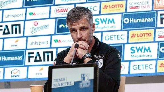 Jens Härtel (Magdeburg, Trainer) bei der Pressekonferenz.