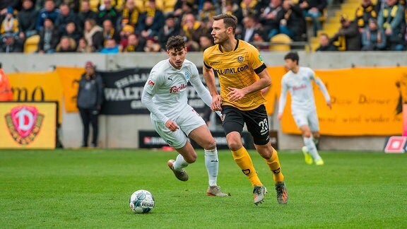 Dresdens Florian Ballas rechts vor Janni Luca Serra links SG Dynamo Dresden - Holstein Kiel.