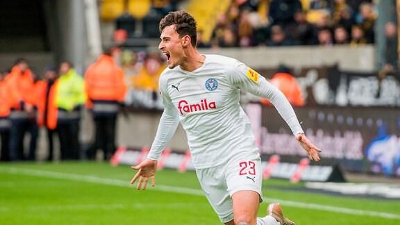 Kiels Janni Luca Serra jubelt über seinen Treffer zum 0:1 SG Dynamo Dresden - Holstein Kiel.