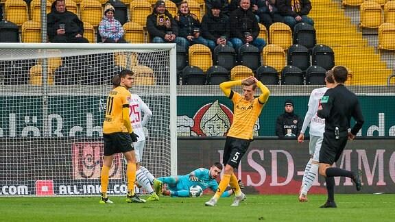 Kiels Torwart Ioannis Gelios pariert einen Torschuss von Dresdens Dzenis Burnic Mitte SG Dynamo Dresden.