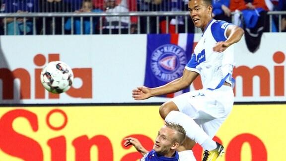 Jannik Dehm (Holstein Kiel) und Marcel Costly (1.FC Magdeburg)