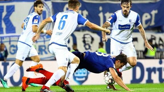 Bjoern Rother (1.FC Magdeburg) bringt Janni Serra (Holstein Kiel) zu Fall