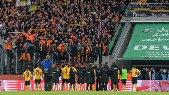 Fans von Dynamo Dresden feiern die Mannschaft nach einer Niederlage