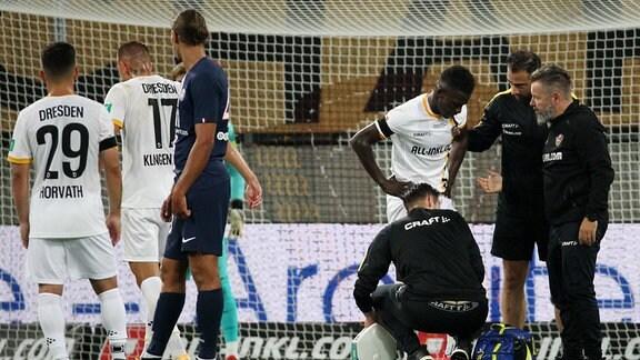 Moussa Kone (Dresden) verletzt sich.