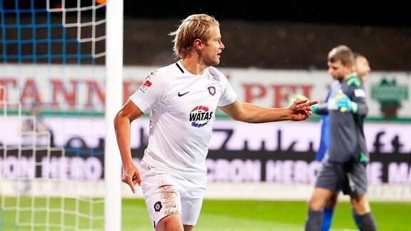 Tor für Aue.  Jan Hochscheidt (7, Aue) trifft zum 0:1 und jubelt.