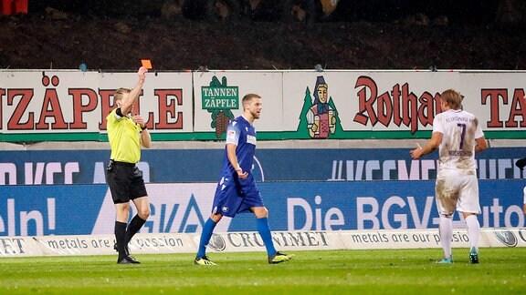 Rote Karte von Schiedsrichter Sven Waschitzki gegen Jan Hochscheidt.