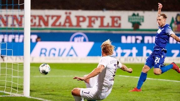 Tor für Aue.  Jan Hochscheidt (7, Aue) trifft zum 0:1.