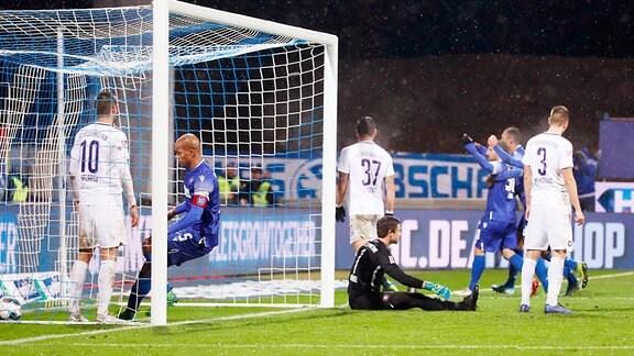 Tor für den Karlsruher SC.  Anton Fink (3.v.re., 30, Karlsruhe) trifft zum 1:1.