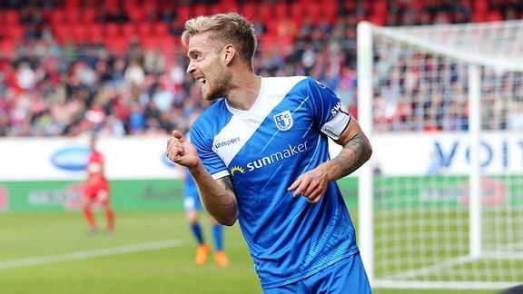 Nils Butzen ( 1.FC Magdeburg 16 ) ärgert sich
