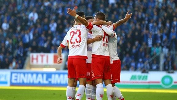 Marco Gruettner (SSV Jahn Regensburg, vorne rechts) jubelt nach dem 1:0.