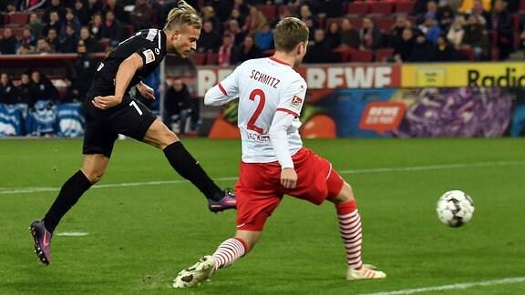Torchance von Felix Lohkemper (7, 1.FC Magdeburg) neben Benno Schmitz (2, 1.FC Köln)
