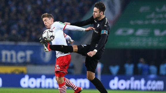 Niklas Hauptmann (Köln, li) gegen Christian Beck (Magdeburg)