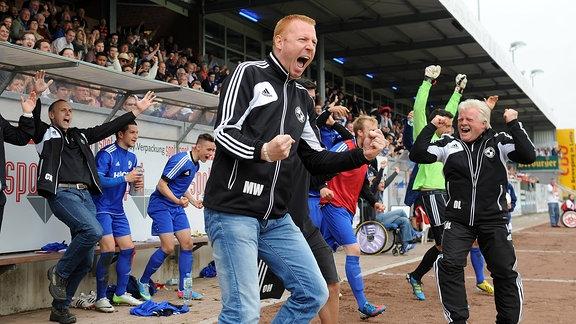 Trainer Maik Walpurgis (Lotte) jubelt nach der Meisterschaft.