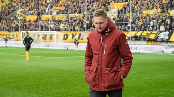 Dresdens Marco Hartmann am Spielfeldrand vor Spielbeginn
